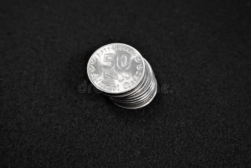 Pila de monedas del riyal de Qatar imagen de archivo libre de regalías