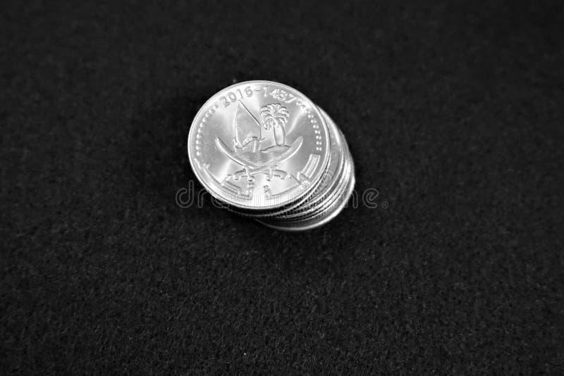 Pila de monedas del riyal de Qatar foto de archivo