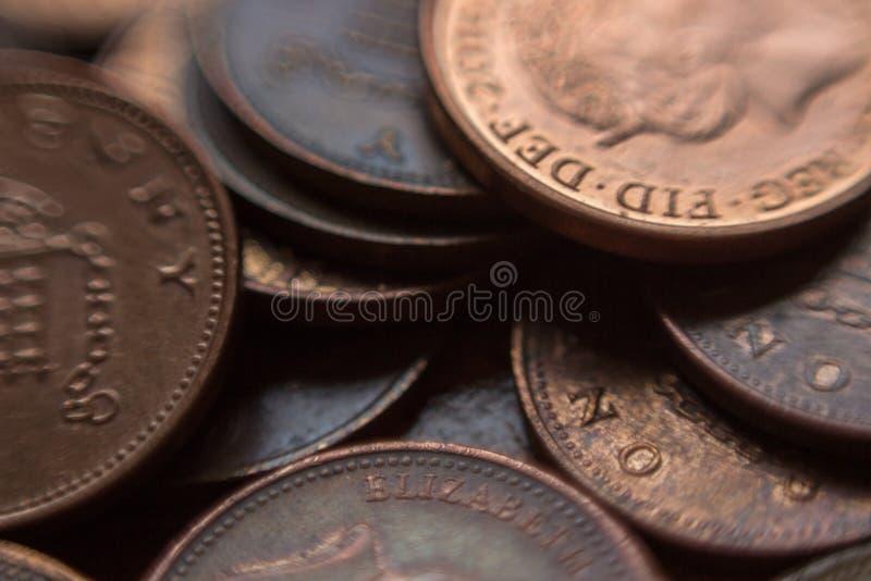Pila de monedas de los peniques de británicos 1 imágenes de archivo libres de regalías
