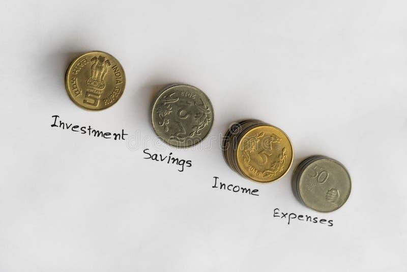 Pila de monedas para las finanzas y los ahorros imagenes de archivo