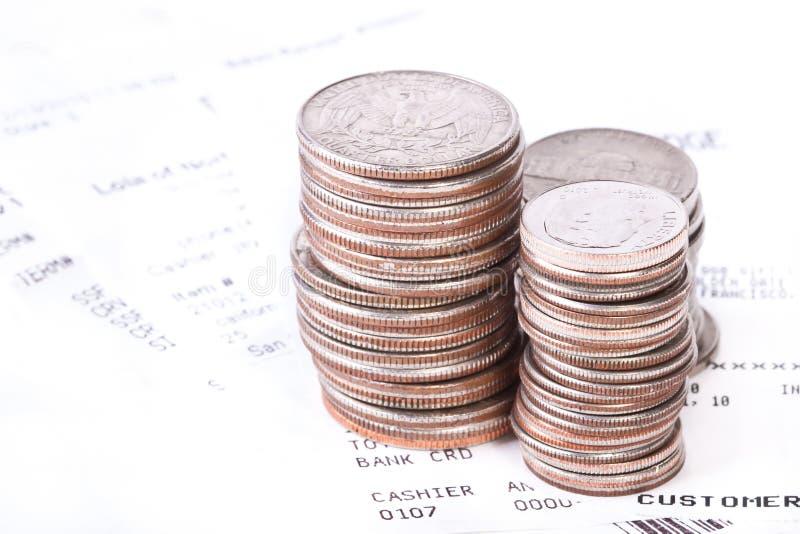 Pila de monedas y de verificaciones