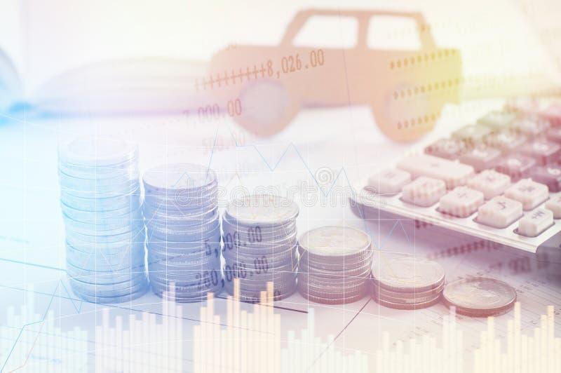 Pila de monedas y llave del dinero, concepto en seguro, préstamo, finanzas y coche de compra fotografía de archivo