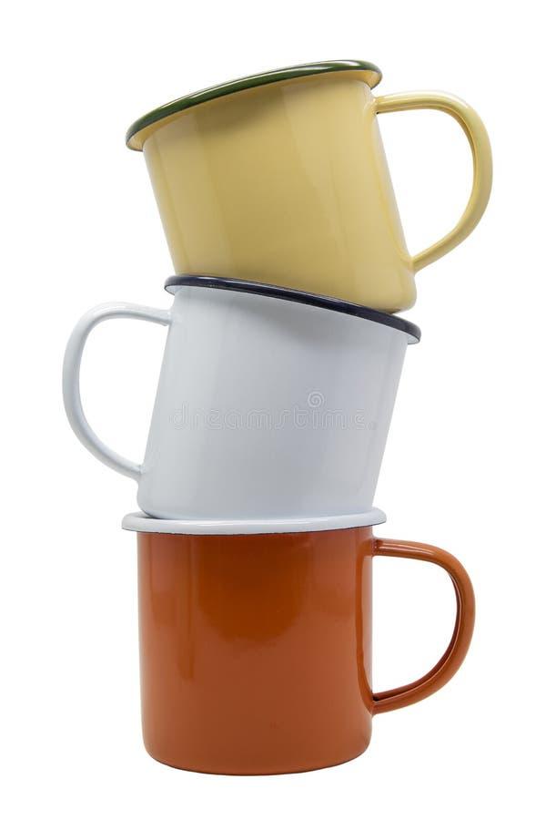 Pila de muchos aislante de la taza de la lata del color en el fondo blanco con la trayectoria de recortes fotos de archivo