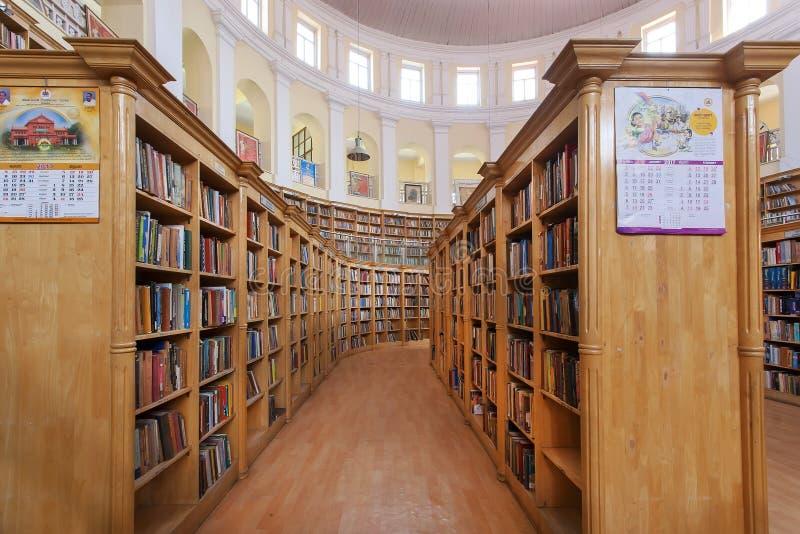 Pila de muchos libros en los estantes de la biblioteca central del estado de Karnataka imagenes de archivo