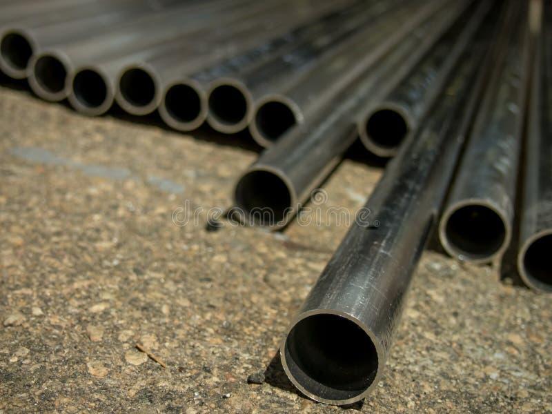 Pila de muchos tubos en el emplazamiento de la obra fotografía de archivo