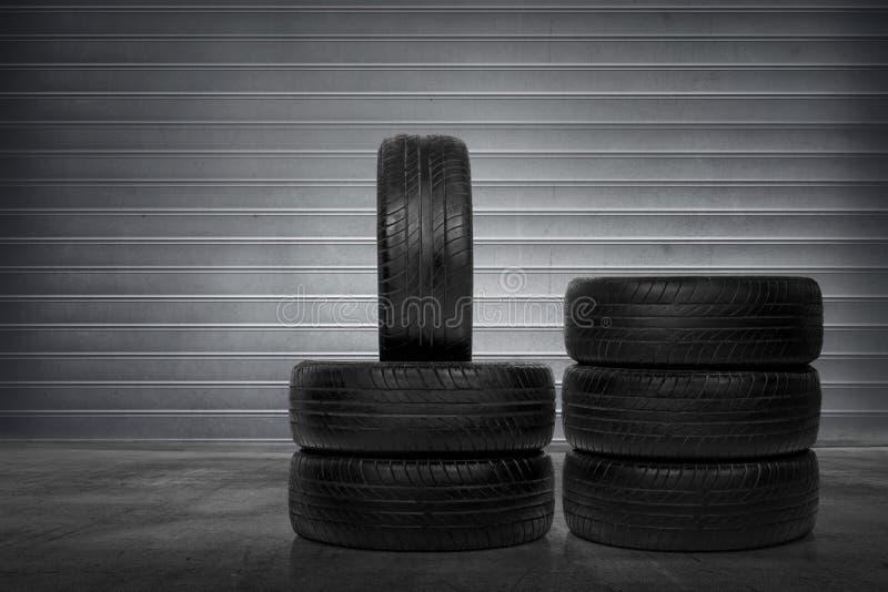 Pila de neumáticos de coche imagen de archivo libre de regalías