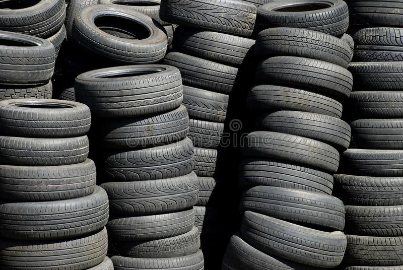 Pila de neumáticos gastados fotos de archivo libres de regalías
