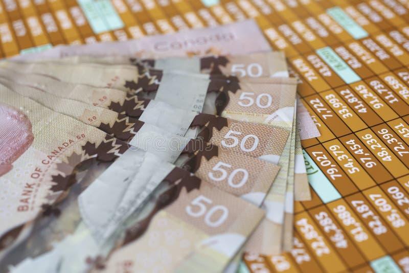 Pila de notas del dólar canadiense sobre una hoja de cálculo fotografía de archivo