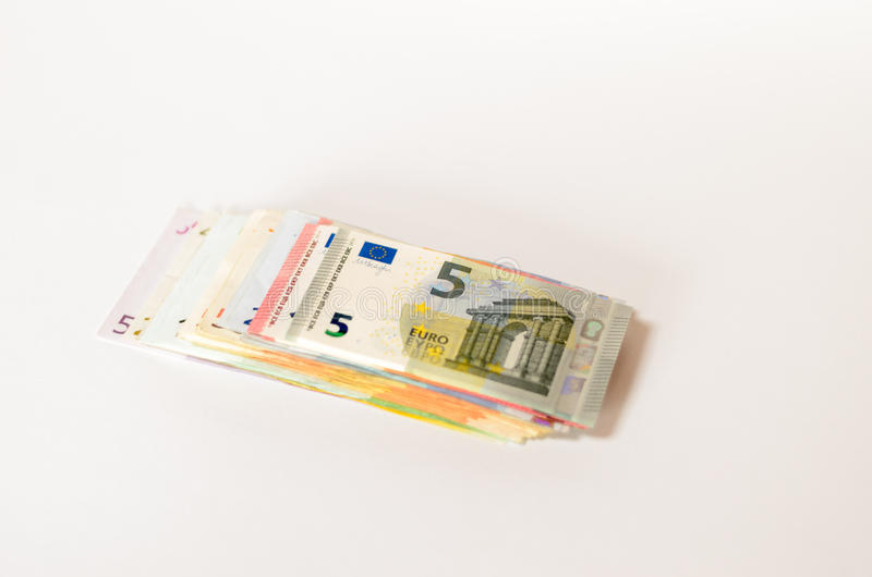 Pila de notas euro usadas de denominaciones clasificadas imagen de archivo libre de regalías