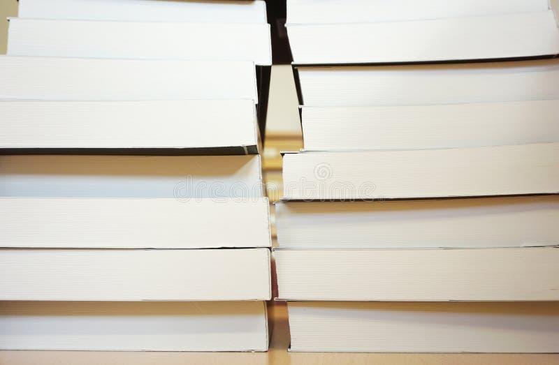 Pila de nuevos libros, apilada hasta el top imagen de archivo