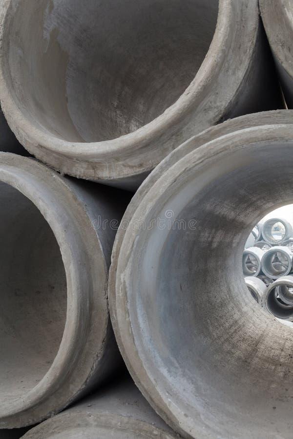 Pila de nuevos tubos concretos foto de archivo