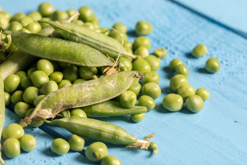 Pila de opinión macra del primer fresco de los guisantes verdes arriba fotografía de archivo