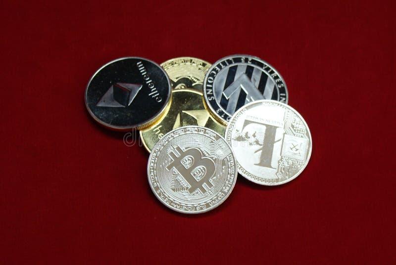 Pila de oro y de monedas de plata del cryptocurrency en un fondo rojo imagen de archivo libre de regalías