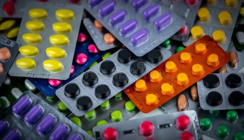 Pila de píldora colorida de las tabletas en el empaquetado de la ampolla Concepto de la industria farmacéutica Droguería de la fa fotos de archivo