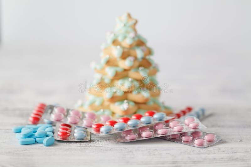 Pila de píldoras debajo del árbol de navidad fotografía de archivo libre de regalías