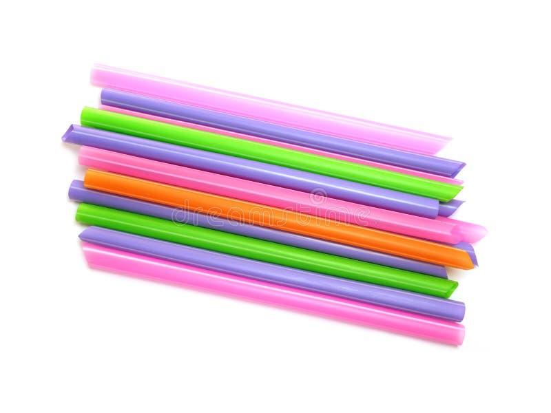 Pila de pajas de beber coloridas aisladas en el fondo blanco fotografía de archivo libre de regalías