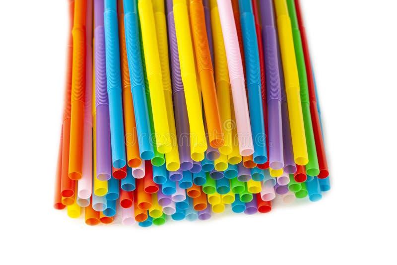 Pila de pajas de beber plásticas coloridas Cierre para arriba imagenes de archivo
