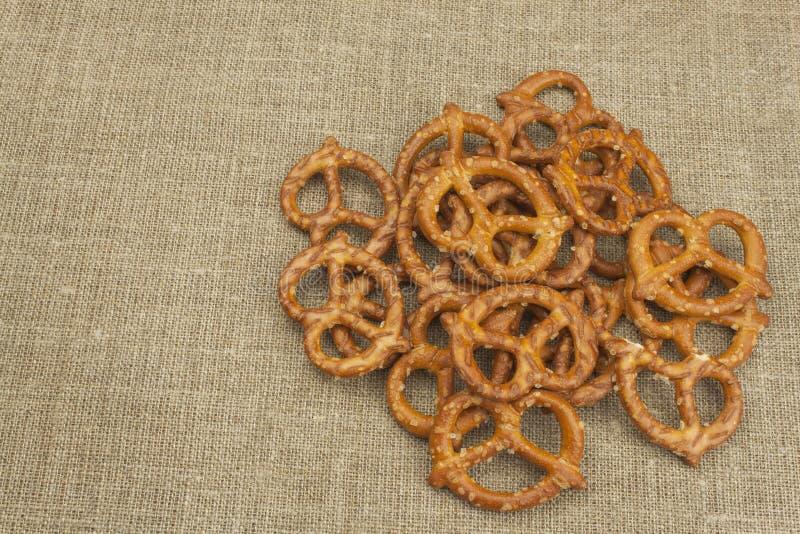 Pila de palillos del pretzel Entretenimiento para ver la TV Cerveza en un vidrio en la tabla imagen de archivo libre de regalías