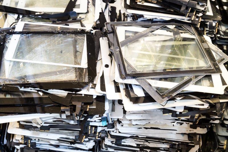Pila de pantalla de ordenador dañada y rota del cojín de la tableta fotos de archivo libres de regalías