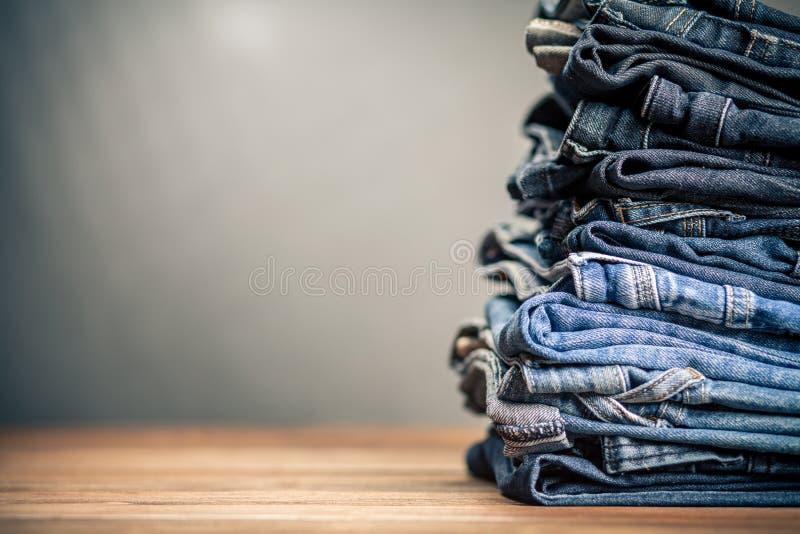 Pila de pantalones vaqueros fotografía de archivo libre de regalías
