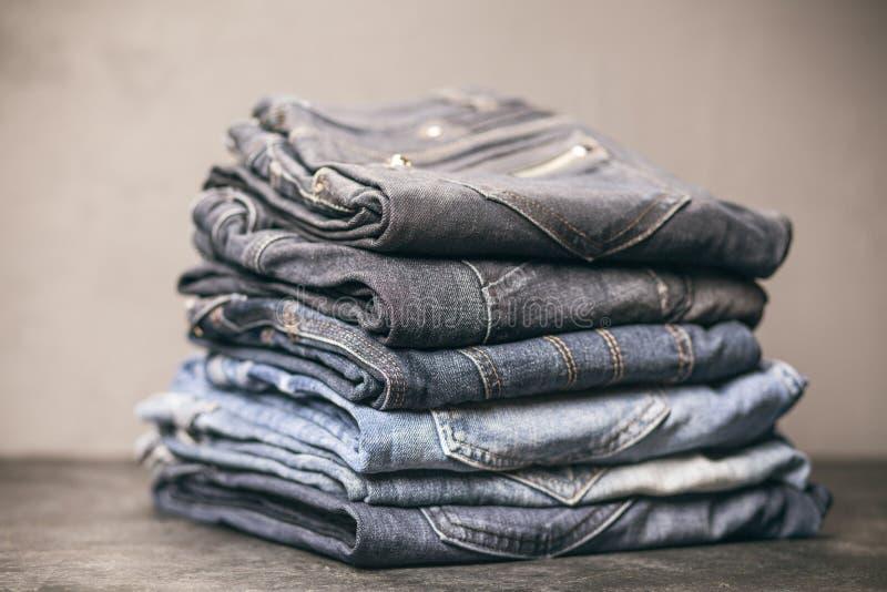 Pila de pantalones vaqueros imagen de archivo