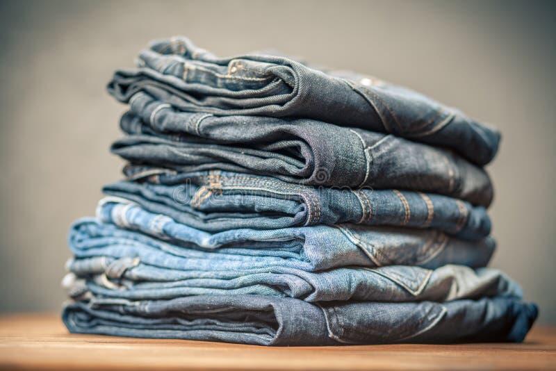 Pila de pantalones vaqueros foto de archivo libre de regalías