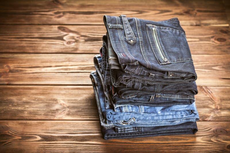 Pila de pantalones vaqueros imagenes de archivo