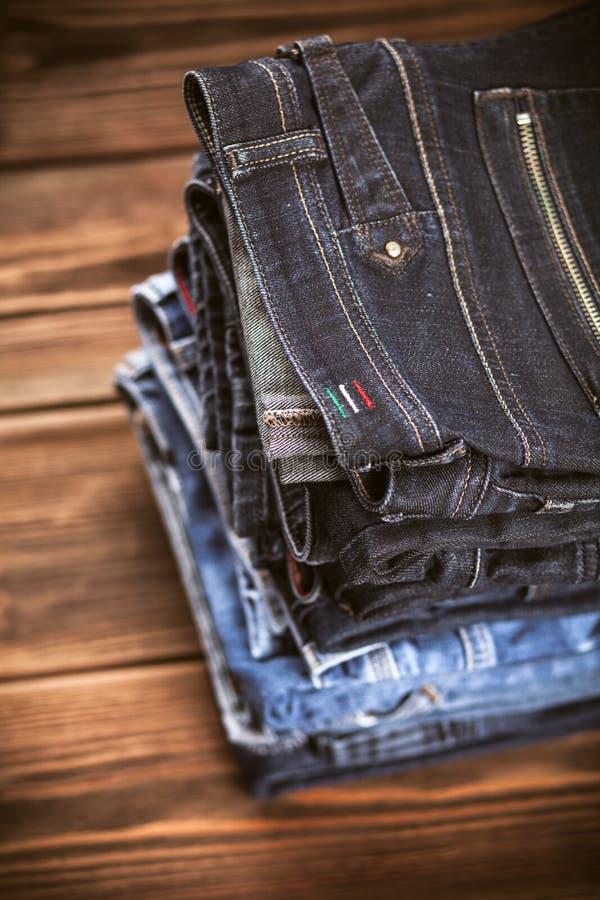 Pila de pantalones vaqueros fotos de archivo libres de regalías