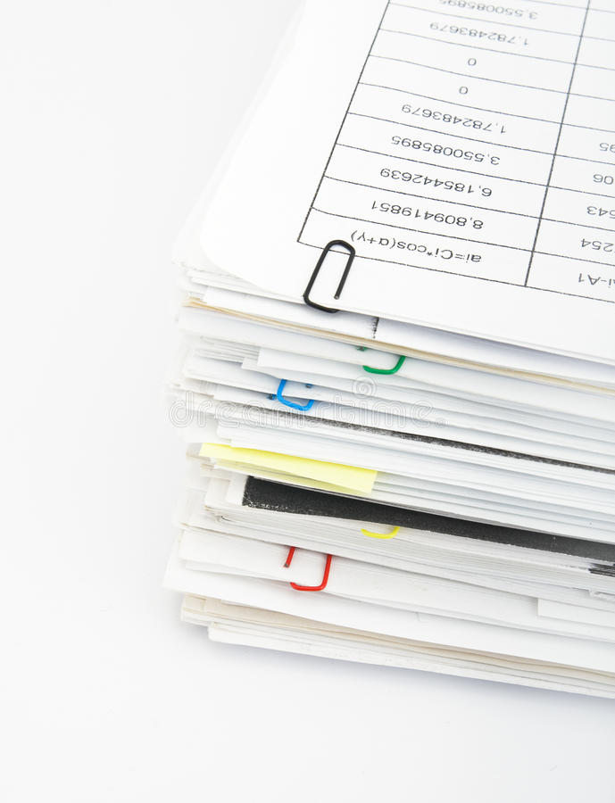 Pila de papel en el fondo blanco imagen de archivo