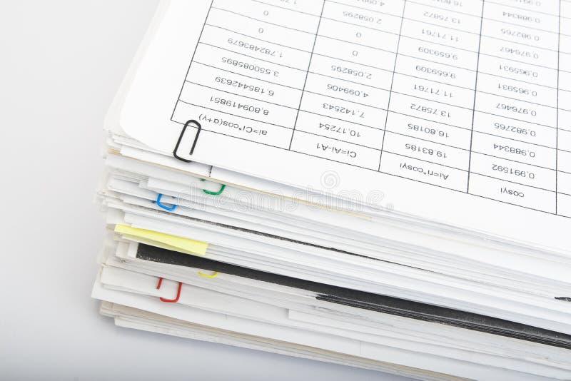 Pila de papel en el fondo blanco fotografía de archivo libre de regalías