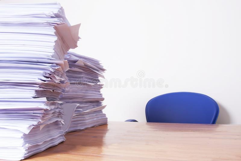 Pila de papeles en el escritorio imagen de archivo