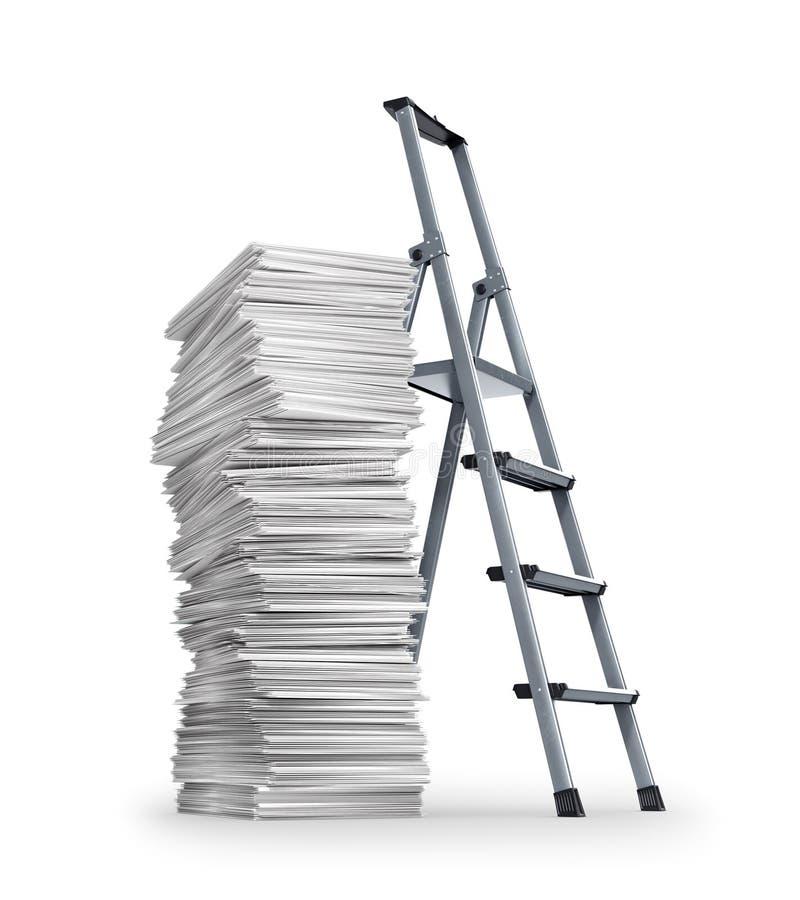 Pila de papeles, una alta pila de documentos cerca que coloca una escalera imagen de archivo