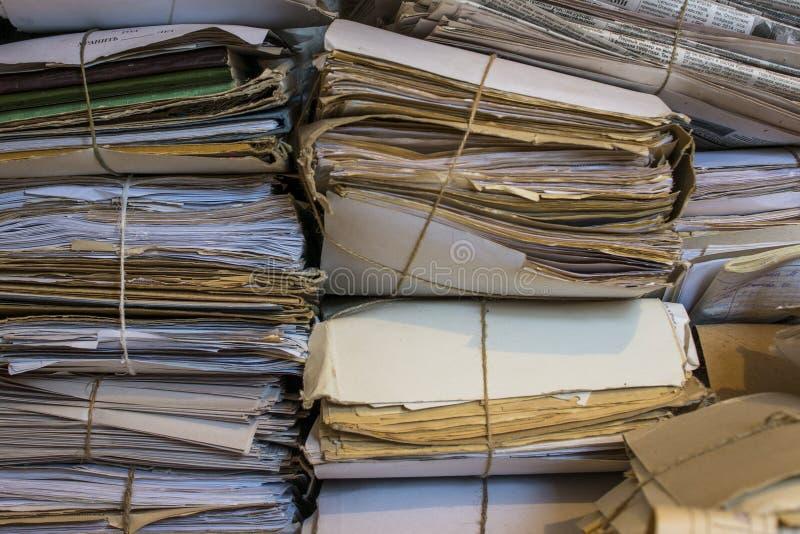 Pila de papeles y de periódicos viejos en el archivo foto de archivo