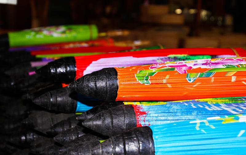 Pila de paraguas de papel doblados en Chiang Mai, Tailandia fotos de archivo