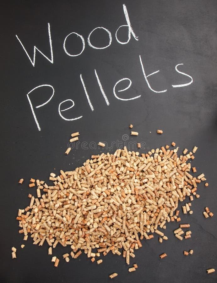 Pila de pelotillas de madera en una pizarra con la pelotilla de madera de las palabras foto de archivo