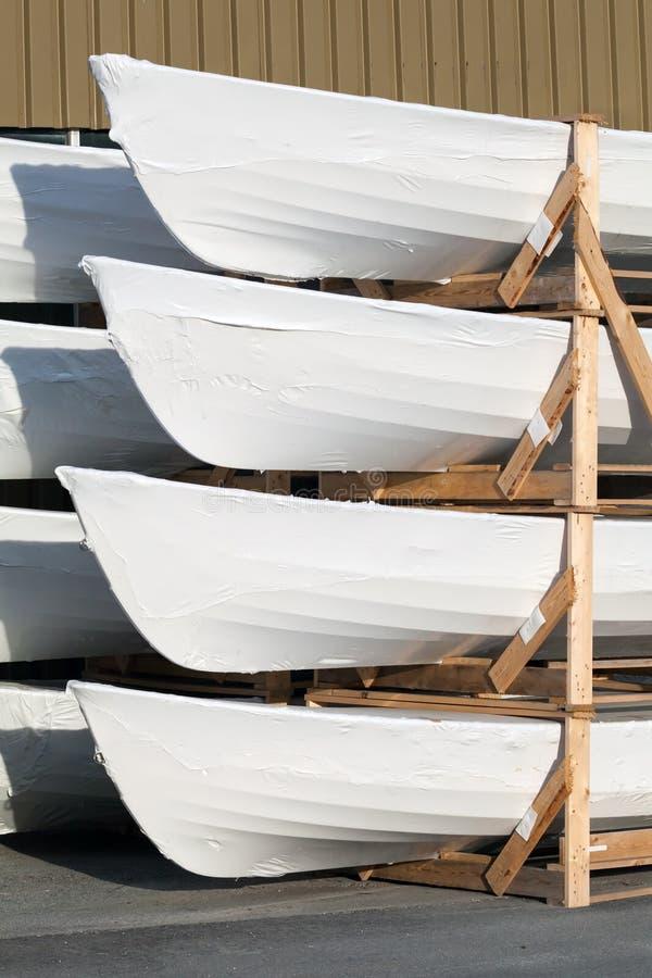 Pila de pequeños nuevos barcos llenos blancos foto de archivo libre de regalías
