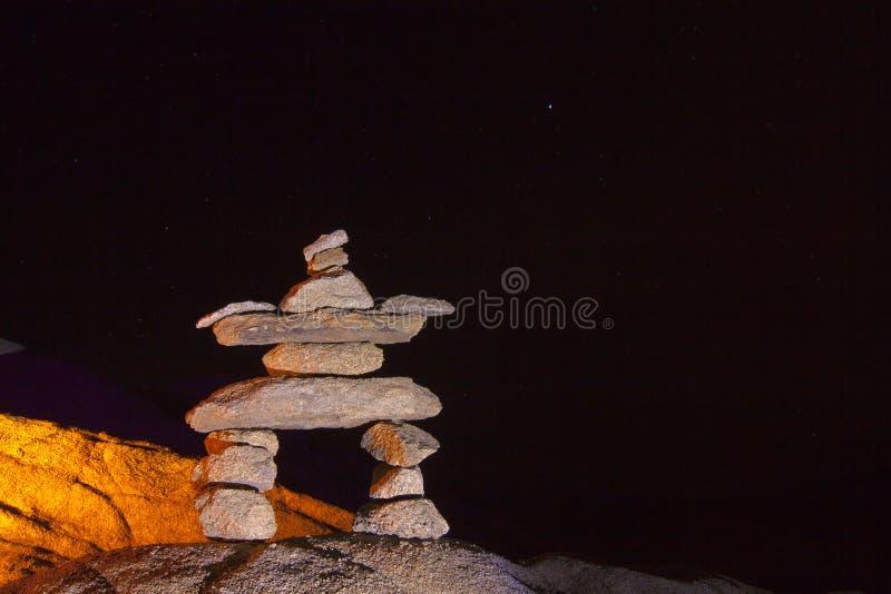 Pila de piedra del hombre de la noche fotos de archivo