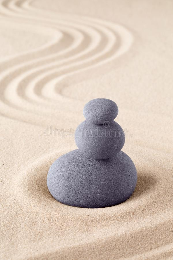 Pila de piedra, jardín japonés de la arena del zen con la pila de rocas imagen de archivo
