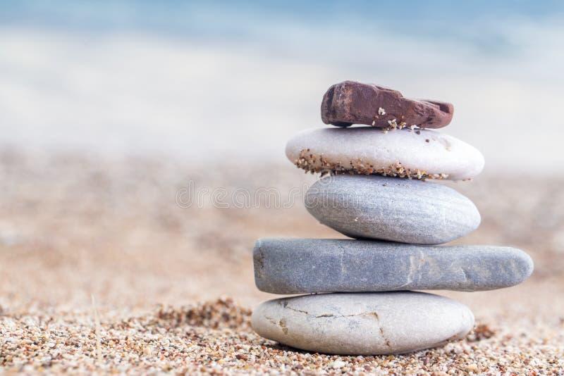 Pila de piedras apiladas en la playa arenosa en el mar adriático fotos de archivo