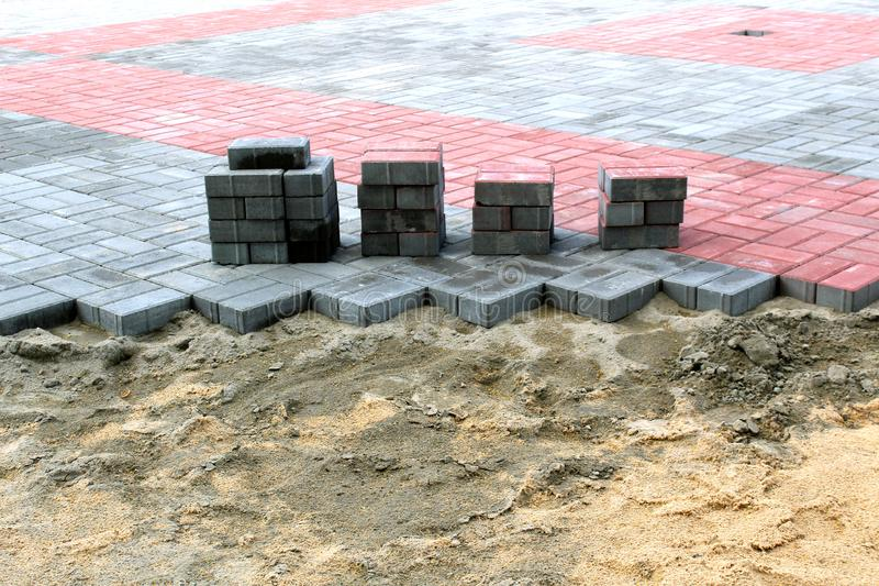 Pila de piedras del pavimento en el sitio de las obras viales Construcci?n y reparaci?n de la acera foto de archivo libre de regalías