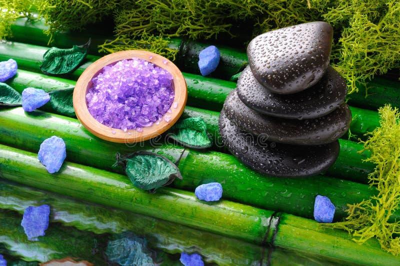 Pila de piedras y de sal negras para el masaje y el baño imágenes de archivo libres de regalías