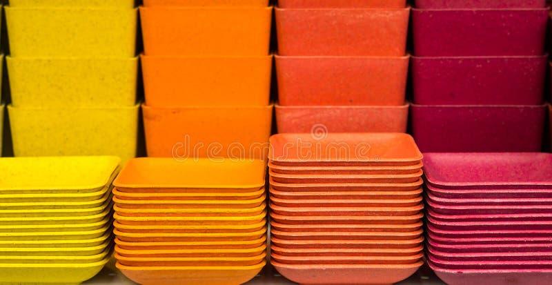 Pila de placas y de potes plásticos coloridos imagen de archivo libre de regalías