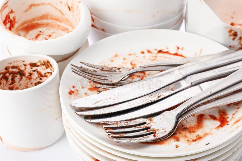 Pila de platos y de cubiertos sucios foto de archivo libre de regalías