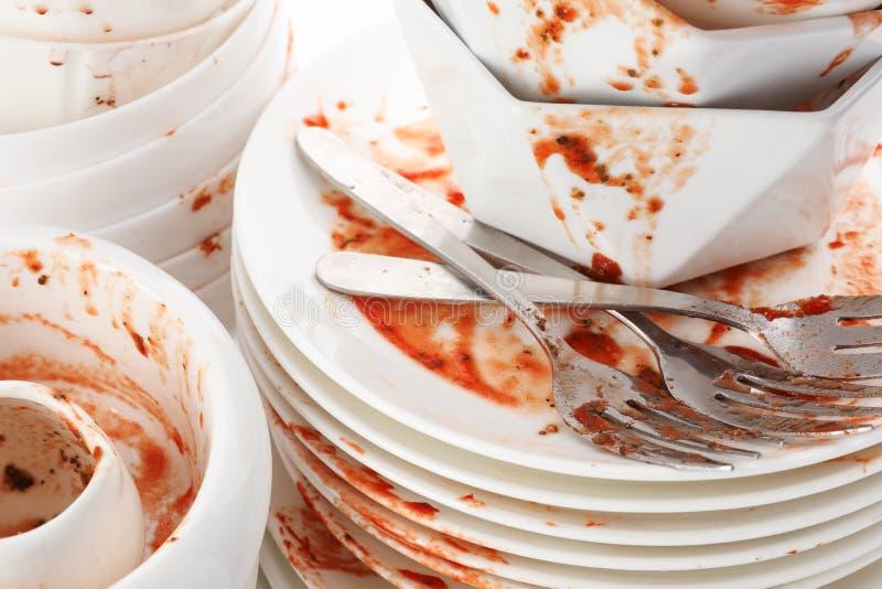 Pila de platos y de cubiertos sucios imágenes de archivo libres de regalías