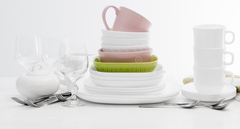Pila de platos y de tazas cuadrados coloridos imagen de archivo libre de regalías