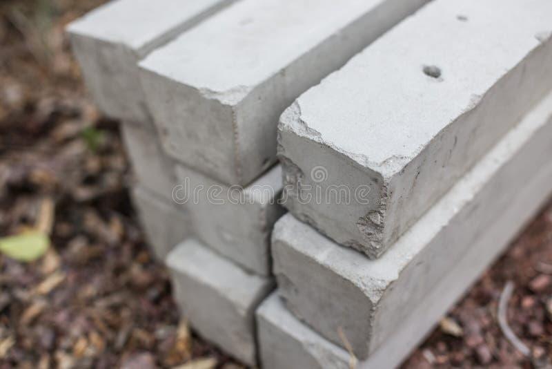 Pila de polos concretos en fondo borroso foto de archivo