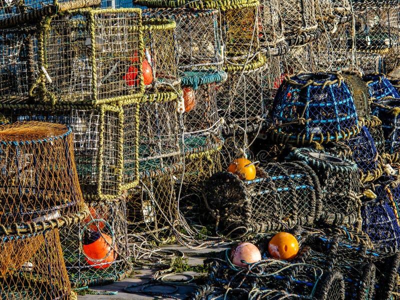 Pila de potes de la langosta y de cangrejo, cuerdas y Bouys en la pesca de Quay foto de archivo libre de regalías