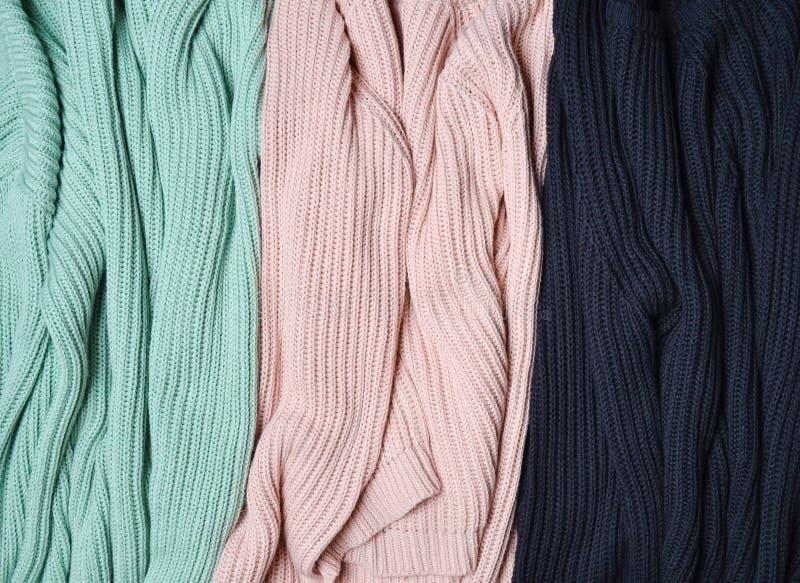Pila de primer hecho punto de los suéteres Fondo de la ropa Mujeres y x27; guardarropa de s fotografía de archivo libre de regalías