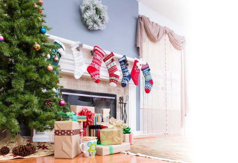 Pila de regalos de la Navidad debajo del árbol fotografía de archivo