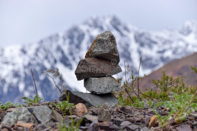 Pila de rocas en la montaña, concepto de balanza y armonía fotos de archivo